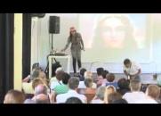 Cantora Médium afirma ter incorporado o espírito de Chico Xavier durante uma apresentação, assista ao vídeo!