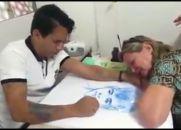 Mãe se emociona ao ver Médium desenhando o retrato do filho desencarnado!