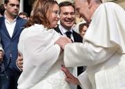 Papa Francisco liga para mulher que ia abortar e se oferece para ser padrinho - Conheça essa emocionante história
