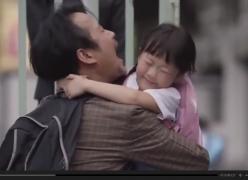 Um pai que mente todos os dias para sua filha... Emocionante!
