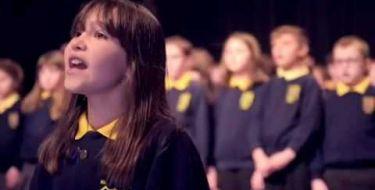Menina Autista interpreta de maneira angelical a canção Hallelujah e emociona a todos (Vídeo já tem quase 5 milhões de acessos)