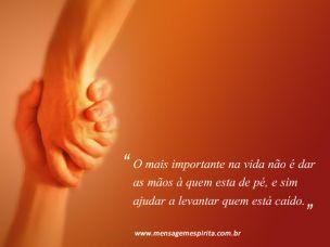 O mais importante na vida não é dar as mãos à quem esta de pé,…
